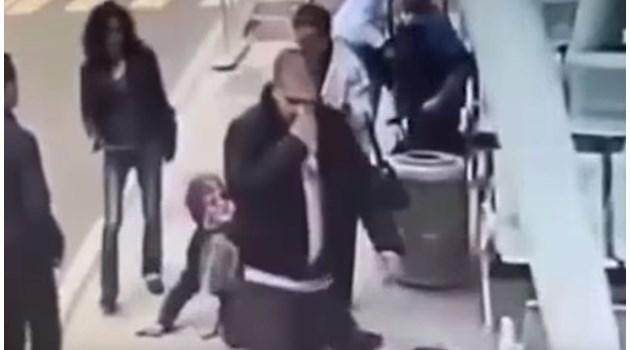 Свидетелка на побоя: Младежът сякаш искаше да прекърши на жената на две, след това се върна с паве