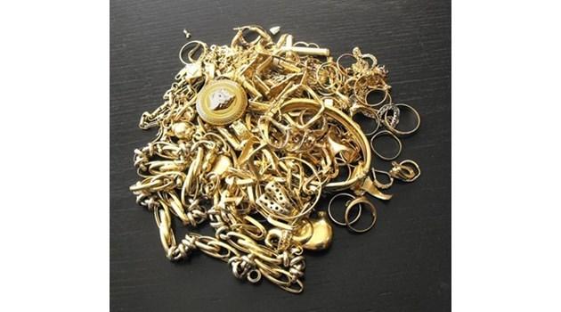 Жената на наш дипломат пренася половин килограм злато, без да подозира