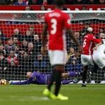 """Вратарят на """"Уотфорд"""" Аурелио Гомес прави спасяване с една ръка след удар на звездата на """"Манчестър Юнайтед"""" Пол Погба. """"Червените дяволи"""" спечелиха на """"Олд Трафорд"""" с 2:0. СНИМКА: РОЙТЕРС"""