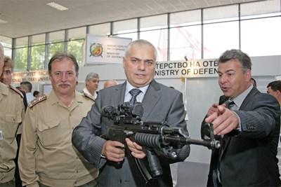 Зам.-министърът на отбраната Валентин Радев оглежда модернизирания по натовски стандарти калашник СНИМКА: Атанас Кънев