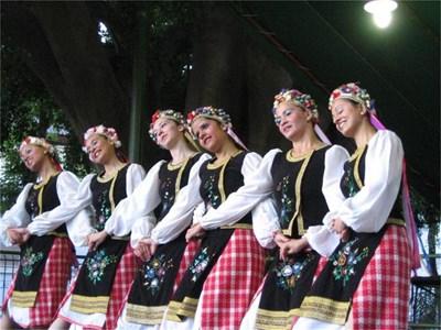 Бразилки от български произход играят наши народни танци на празненство на културната ни асоциация.