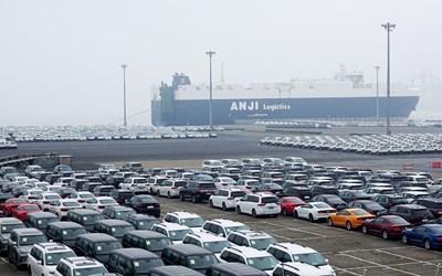 Коли, които чакат да бъдат натоварени, на автомобилния терминал в Китай. СНИМКА: РОЙТЕРС