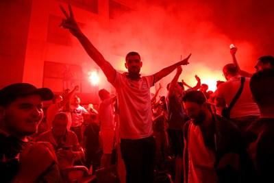 Феновете на Алжир взривиха улиците на Марсилия. СНИМКА: РОЙТЕРС