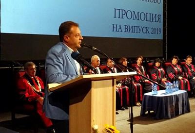 Даниел Панов приветства първите дипломанти на филиала на МУ-Варна