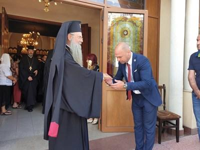 """Кметът на район """"Тракия"""" целува ръка на митрополит Николай."""