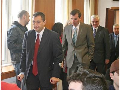 Спортният министър Свилен Нейков пристига на пресконференцията в компанията на Силвио Данаилов и Стефан Сергиев.  СНИМКА: АНДРЕЙ МИХАЙЛОВ