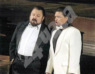 Калуди Калудов (вляво) пее без хонорари. СНИМКА: 24 часа