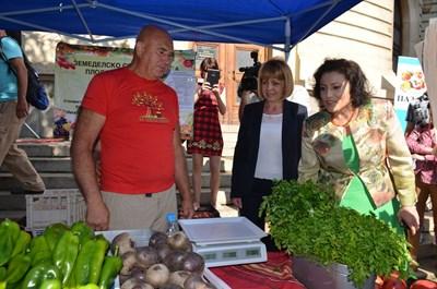 """Кметът на София Йорданка Фандъкова и министърът на земеделието Десислава Танева разглеждат фермерския пазар в София, организиран от """"Български фермер""""."""