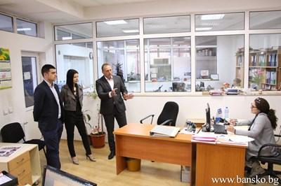 Двама абитуриенти поеха управлението на община Банско за един ден. СНИМКИ: ОБЩИНА БАНСКА