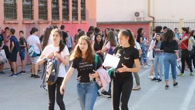 Повечето ученици вече са се записали в гимназия и се радват на ваканцията. СНИМКА: Йордан Симеонов