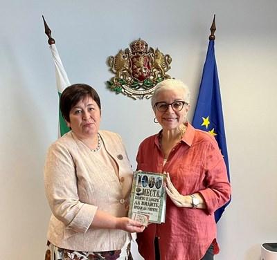 Министър Балтова след срещата си с авторката на бестселъри