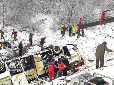 Спасителен екип работи на мястото на катастрофата край Дерекьой.
