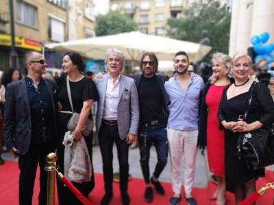 Около 18 часа актьорите певци, участници в мюзикъла, пристигнаха пред сградата и минаха по специално опънат огромен червен килим.  Снимка ЙОРДАН СИМЕОНОВ