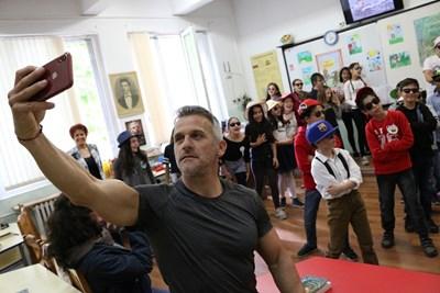 """Йордан Йовчев си прави селфи с четвъртокласниците, докато те изпълняваха песента """"Купон"""".  СНИМКА: БЛАГОЙ КИРИЛОВ"""