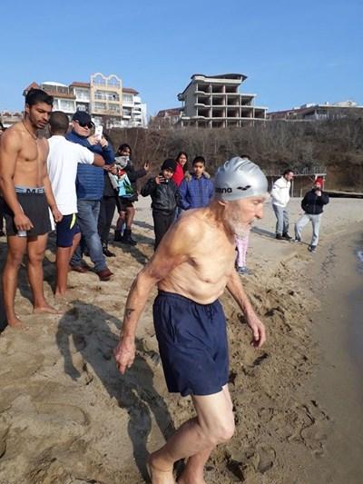 93-годишният Янко Янков от Синеморец отново ще скочи в леденото море на 19 януари.