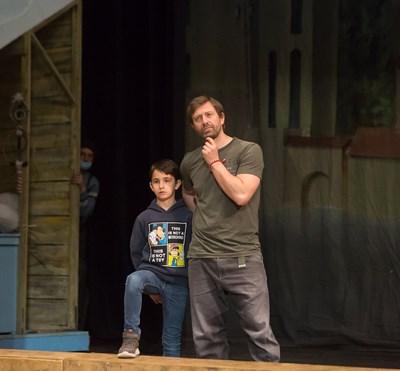 Калин Врачански и едно от 6-те деца, които участват в мюзикъла, на сцената на Софийската опера по време на репетиция СНИМКА: СОФИЙСКА ОПЕРА И БАЛЕТ
