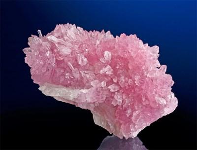 Рядко срещани и много ценени са друзите с кристали от розов кварц като този екземпляр от остров Мадагаскар. Снимки: архив