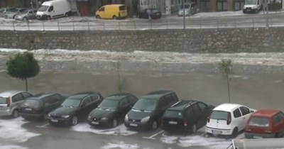 Цели райони са под половин метър вода, след излелия се за 10 минути проливен дъжд  Кадър: Нова телевизия/vbox7