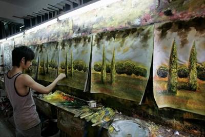 Млад китайски художник прави по няколко картини на веднъж като на поточна линия. СНИМКА: РОЙТЕРС