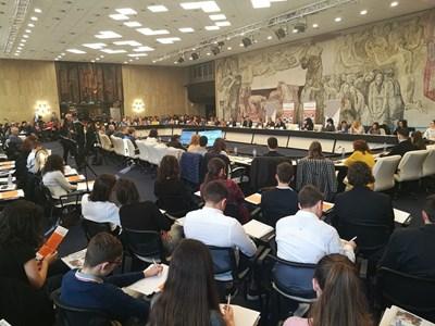 Над 200 ученици, родители и учители се събраха, за да представят пред министър Красимир Вълчев вижданията си за модерно образование. Снимки: Десислава Кулелиева СНИМКА: Десислава Кулелиева
