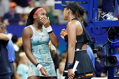 Първата в женския тенис Наоми Осака успокоява изгряващата американска звезда Коко Гоф (вляво). СНИМКА: РОЙТЕРС