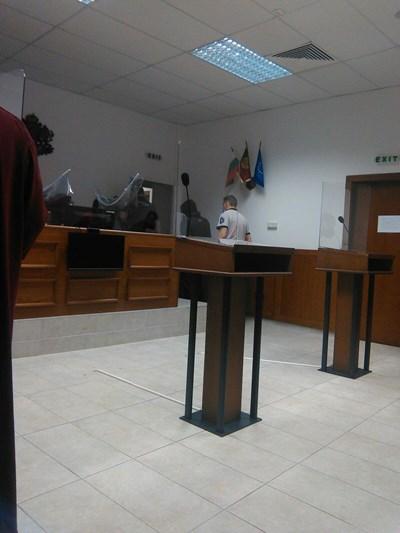 Денислав скри лицето си от медиите.  СНИМКА: ДИМИТЪР МАРТИНОВ
