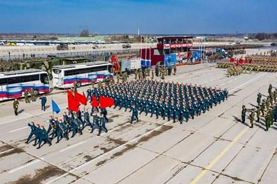 На полигон в подмосковието започнаха тренировките за грандиозното събитие на Червения площад в Москва.