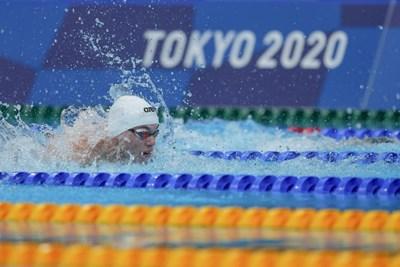 Антъни Иванов по време на плуването в сериите на 100 м бътерфлай на олимпийските игри в Токио. СНИМКА: ЛЮБОМИР АСЕНОВ, LAP.BG