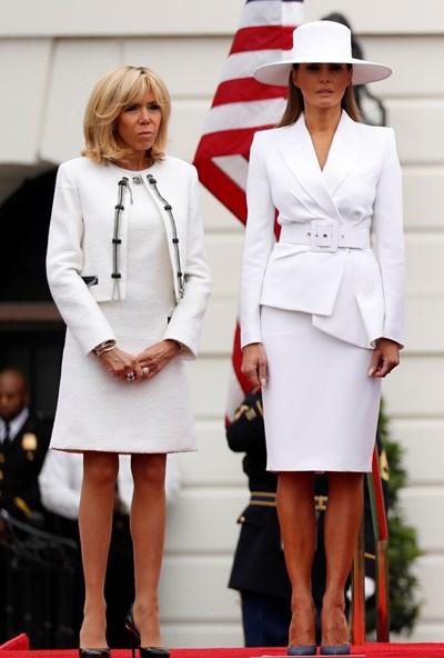 Брижит Макрон и Мелания Тръмп избраха белия цвят за червения килим на Южната морава на Белия дом.