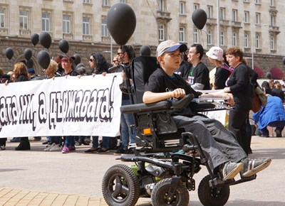Майките на деца с увреждания излязоха на протест през април с искания за индивидуални оценки и нов Закон за личната помощ. СНИМКА: Десислава Кулелиева