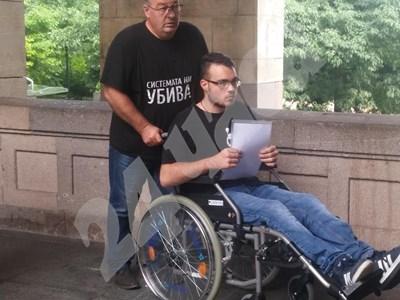 18-годишният Петър от Пловдив - момчето в количка, което баща му докара без предупреждение преди малко в приемната на премиера  СНИМКА: Цветелина Стефанова