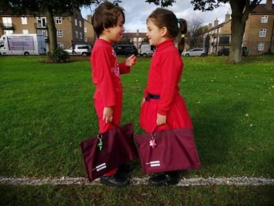Антирасисткото обучение в Англия започва в ранна възраст, като децата се обличат в червено. СНИМКА: Павлина Трифонова