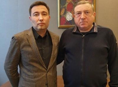 """Грозни (вдясно) бе представен като новият наставник на """"Шахтьор"""" (Караганда)."""