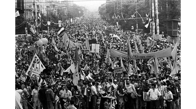 Парадокс: Огромният син митинг остави БСП на власт през 1990 г.