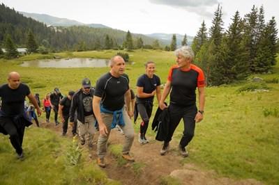 """След теста държавният глава, заедно със спортисти и граждани, подкрепящи инициативата """"Спортувай с президента"""", се отправи по пътеката към връх Зъбчето в Рила планина. Снимка прессекретариат на президента"""