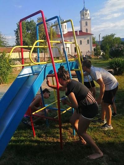 Момичетата и момчетата на Миндя преобразяват любимото си място за игри
