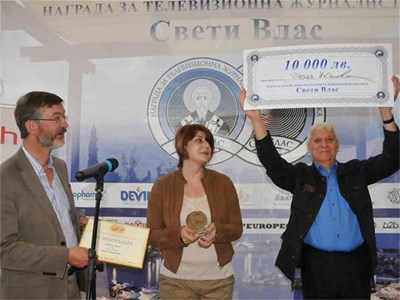"""Диана Найденова държи в ръцете си почетния плакет """"Свети Влас"""", а само след миг й връчват и чека за 10 000 лв. СНИМКА: ЛИНА ГЛАВИНОВА"""