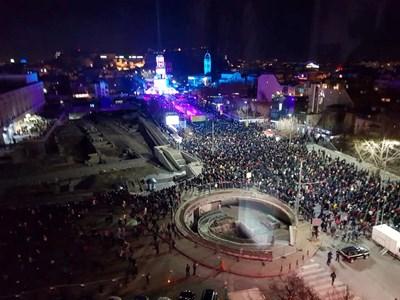 Хиляди се събраха пред кулата в Пловдив. Снимки: Авторът