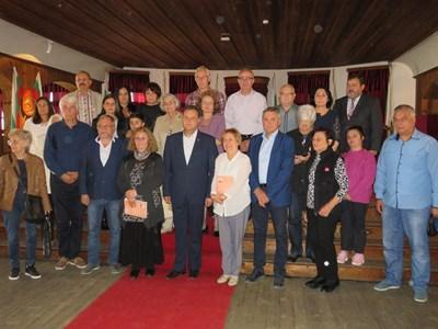 Бивши кметове и наследници на управленци от миналото си направиха обща снимка с Даниел Панов и авторката Тодорка Недева СНИМКА: Дима Максимова