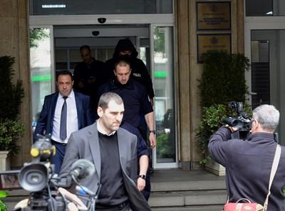 Красимир Живков излезе от сградата на МОСВ в компанията на спецпрокурор и униформени. СНИМКА: Йордан Симеонов