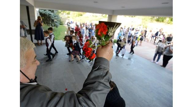 Втори ковид 15 септември: смартфон, дезинфектант и маска в раницата на учениците