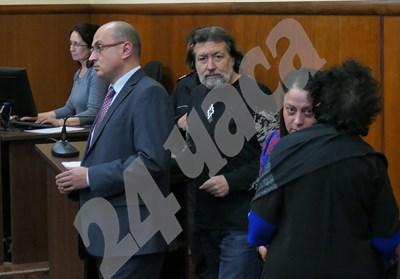 Николай Банев (в средата) е бил отведен в спецсъда в понеделник. Охранявали го полицаи с ръкавици СНИМКА: 24 часа