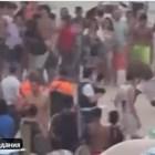 Кадър от масовия бой в събота - между туристи и полиция на белгияския плаж в Бланкенберхе. Кадър: Туитър