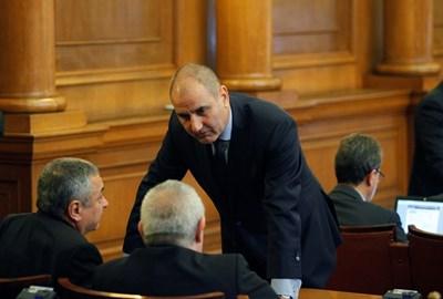 Цветан Цветанов разговаря в пленарната зала с Валери Симеонов от ПФ. СНИМКА: Йордан Симeонов