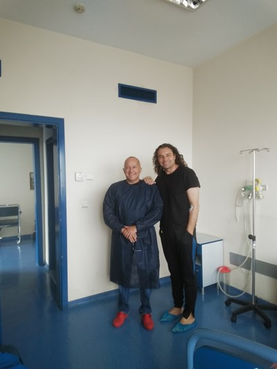Деян Неделчев (вдясно) и д-р Дончо Дончев след успешната операция