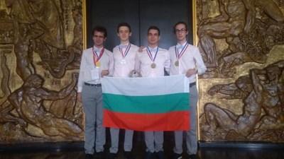 Евгени, Камен, Михаил и Дамян (от ляво на дясно) след награждаването  СНИМКА: СДРУЖЕНИЕ НА ОЛИМПИЙСКИТЕ  ОТБОРИ ПО ПРИРОДНИ НАУКИ