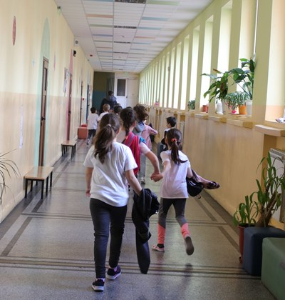 """Връщането на малките ученици може да разгори отново епидемията, твърдят учителите.  СНИМКА: """"24 ЧАСА"""""""