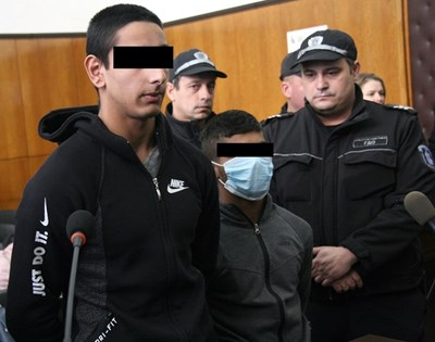Исмаил Асан (вдясно) се появи с маска на лицето, до него е съучастникът му Митко Асенов СНИМКА: Евгени Цветков