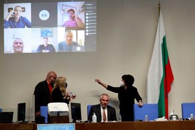 Депутатите, които се включиха онлайн, се прожектираха на стената зад председателските места. СНИМКА: Велислав Николов