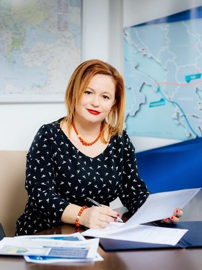 """Теодора Георгиева има повече от 20 години опит като стратегически мениджър, водещ значими проекти в различни икономически сектори. В момента г-жа Георгиева е изпълнителен директор от българска страна на """"Ай Си Джи Би"""" и е член на Борда на директорите. Компанията отговаря за цялостното управление и развитие на газопровода между Гърция и България."""